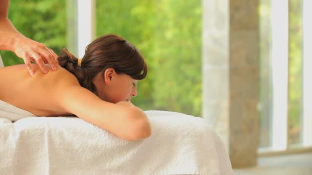 zen woman having a back massage - マッサージ台点の映像素材/bロール