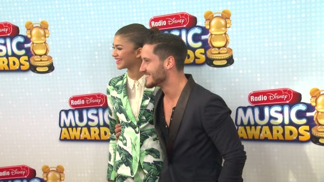 vídeos de stock, filmes e b-roll de zendaya val chmerkovskiy at 2013 radio disney music awards 4/27/2013 in los angeles ca - estampa de folha