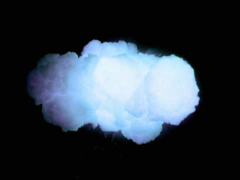 vídeos de stock, filmes e b-roll de zero gravity blue smoke explosion - zero gravity