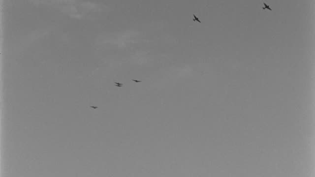 zero model fighter planes from world war ii fly in formation. - formationsfliegen stock-videos und b-roll-filmmaterial