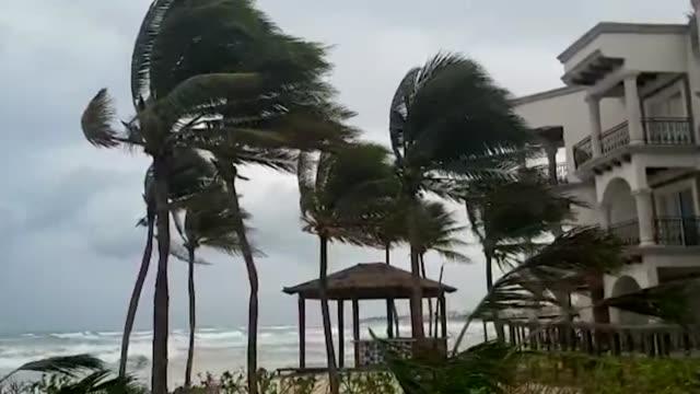 zeta se degradó el martes a tormenta tropical tras tocar tierra la noche del lunes como huracán categoría 1 cerca del balneario de tulum, en el... - cyclone stock videos & royalty-free footage
