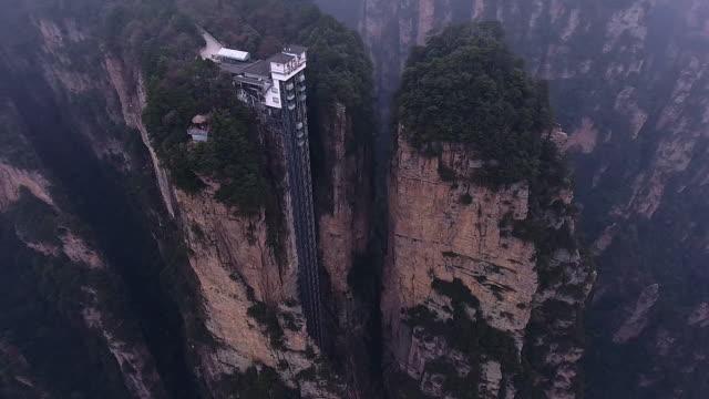 vídeos de stock e filmes b-roll de zhangjiajie national park - elevador