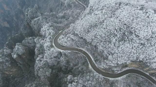 張り家界市冬道空撮 - winter点の映像素材/bロール