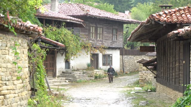 zheravna bulgaria august 2018 the village of zheravna set in a small valley at the southern foot of the eastern balkan mountains is an architectural... - vergangenheit stock-videos und b-roll-filmmaterial