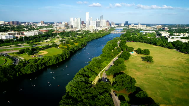 vídeos de stock e filmes b-roll de zilker park in austin texas aerial view above town lake - town