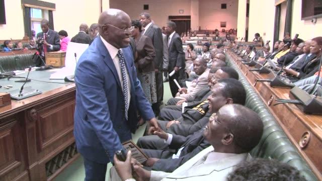 vídeos y material grabado en eventos de stock de zimbabwe parliament reopens after the presidential election clean zimbabwes parliament reopens on september 03 2013 in harare zimbabwe - ceremonia de reapertura