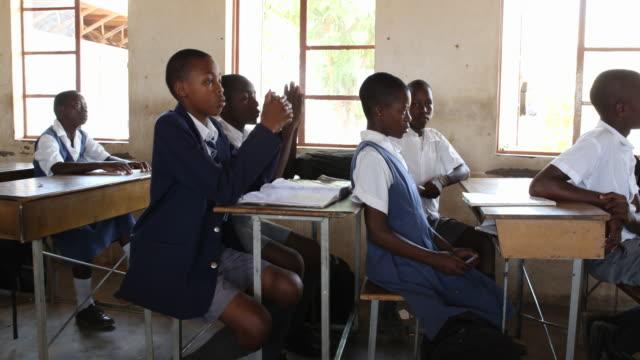 vidéos et rushes de zimbabwe, school in a secluded area near chakari. - cartable