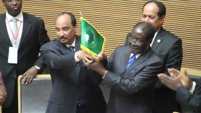 vídeos de stock, filmes e b-roll de zimbabwean president robert mugabe takes over the post of african union chairman replacing mauritanias president mohamed ould abdel aziz - presidente de empresa