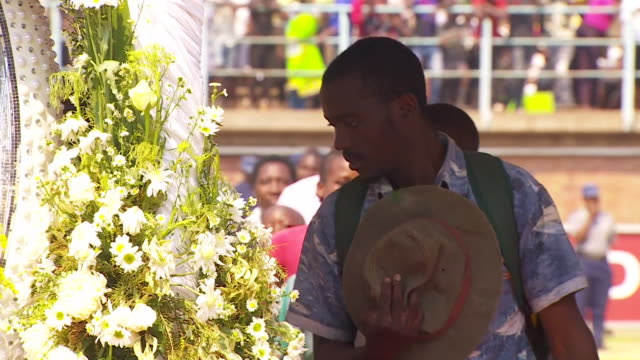 stockvideo's en b-roll-footage met zimbabweans paying their respects to robert mugabe's coffin in harare - opgebaard liggen