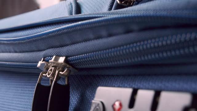 vidéos et rushes de zipping bagages rangement dans la chambre - valise