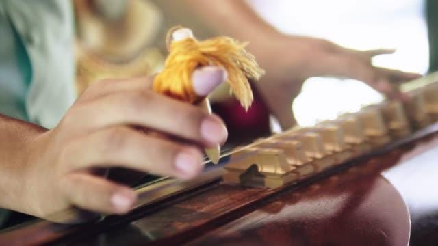 vídeos y material grabado en eventos de stock de instrumento de cítara tailandia. - culturas
