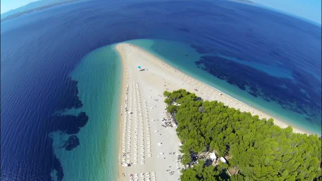 ズラトニ ラット ビーチ、ボル、ブラチ島、ダルマチア、クロアチア、ドローンから - ブラック島点の映像素材/bロール