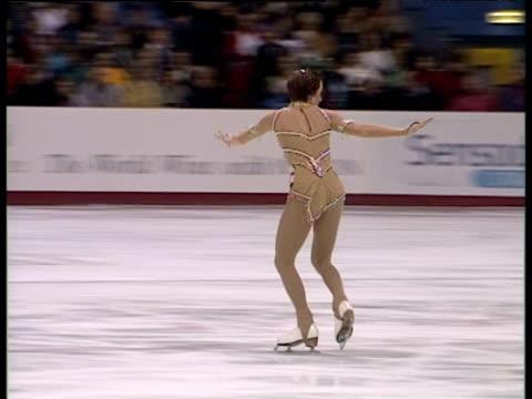 vidéos et rushes de zoe jones falls during free programme, british figure skating championships, belfast; nov 99 - déception