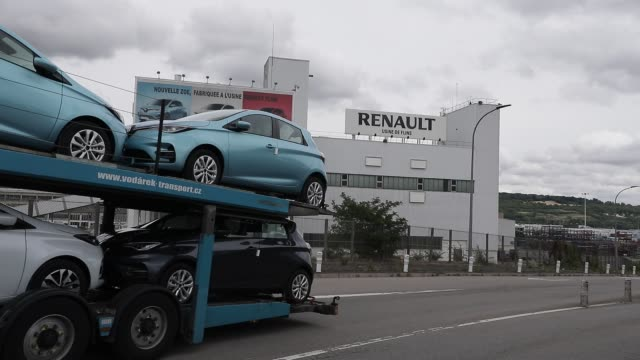vidéos et rushes de zoe model cars pass by loading truck french car manufacturer renault factory as background on june 17 2020 in flins france following the covid19... - isore vincent