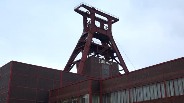 zollverein coal mine industrial complex, essen, germany - kohlengrube stock-videos und b-roll-filmmaterial