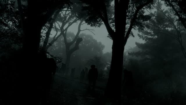 Zombie nella foresta scuro