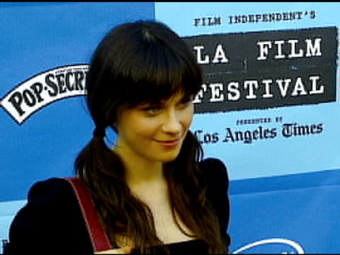 zooey deschanel at the 'little miss sunshine' premiere at wadsworth theatre in los angeles california on july 2 2006 - wadsworth theatre stock videos & royalty-free footage