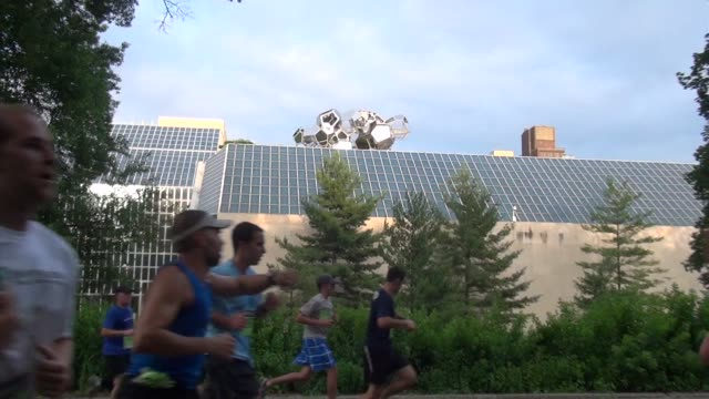 zoom back from met museum roof top to runners in race in central park - salmini 個影片檔及 b 捲影像