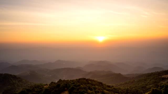 WS vergrößern 4K Zeit verfallen Sonnenaufgang über den Bergen.