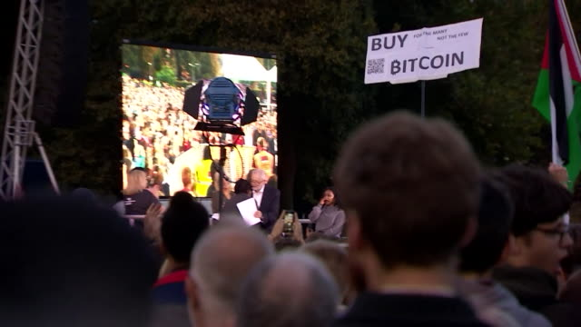 vidéos et rushes de zoom in across a crowd to jeremy corbyn being passed a microphone at an outdoor event at the labour party conference brighton september 2017 nnby326h... - socialisme