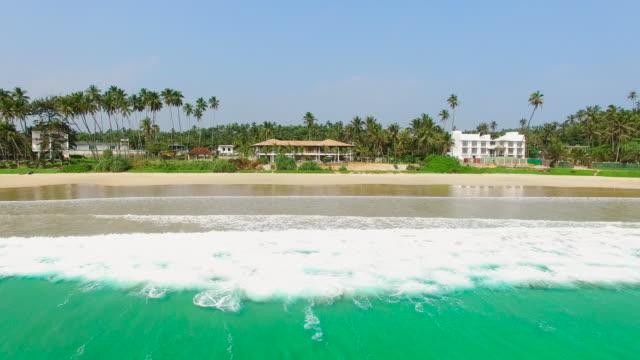 stockvideo's en b-roll-footage met over zee naar zandstrand en hotel inzoomen - sri lanka