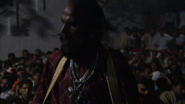 vidéos et rushes de zoom in and out from traditional drummer in trancelike daze whilst performing to large crowd during sufi celebrations available in hd. - soufisme