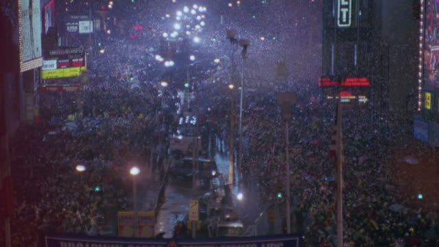 vídeos de stock, filmes e b-roll de zoom in and zoom out shot of celebrations at the times square on new years eve. - 1 minuto ou mais