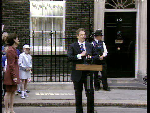 vídeos y material grabado en eventos de stock de zoom in as tony blair prepares to give first speech as prime minister of britain outside number 10 downing street 02 may 97 - primer ministro británico