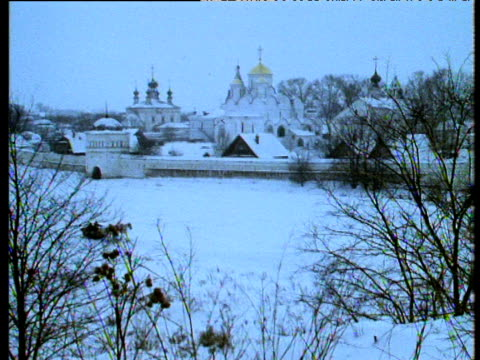 zoom in as troika passes in front of the convent of the intercession, suzdal - 女子修道院点の映像素材/bロール