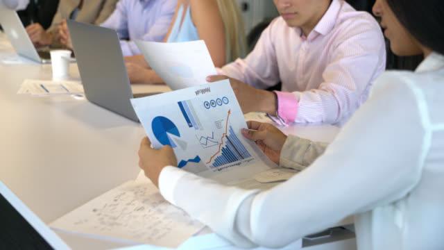vídeos y material grabado en eventos de stock de zoom en un documento que es la celebración de una empresaria - diagrama circular