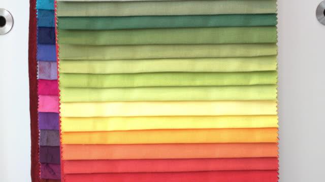 織物店で生地の色見にズームインします。 - 商品点の映像素材/bロール