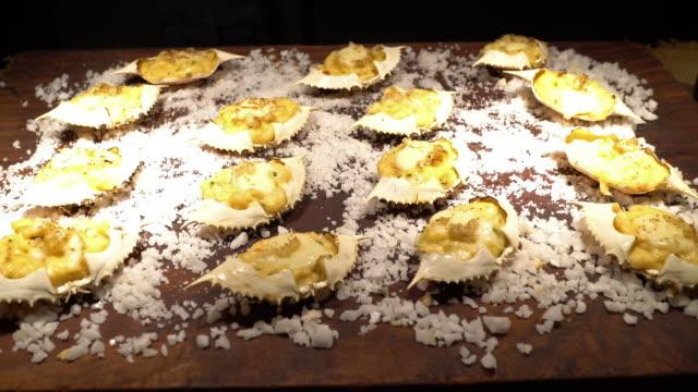 ベイクドチーズカニをズームイン - カニ捕り点の映像素材/bロール
