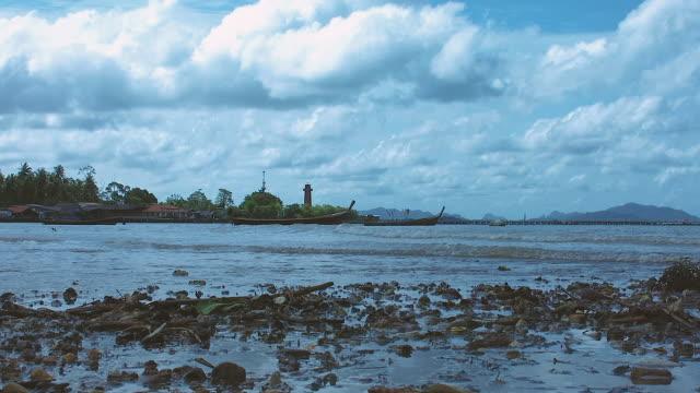 zoom in bay of water, old town, ko lanta, thailand - bassa marea video stock e b–roll