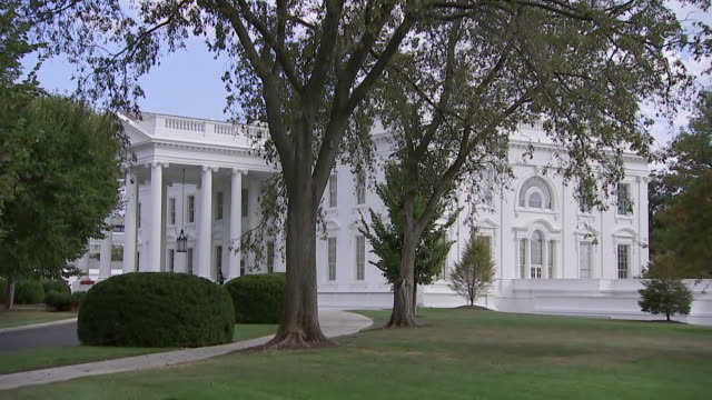 zoom in establishing shot of the white house in washington, d.c. - united states and (politics or government)点の映像素材/bロール