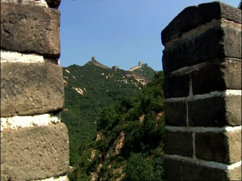 zoom in from battlement to great wall of china crowded with tourists, badaling, china - badaling stock videos and b-roll footage