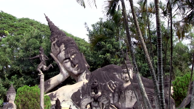 zoom in from medium shot to close up of a reclining buddha - adagiarsi video stock e b–roll