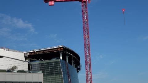 zoom in from tower crane to top of glass facade under construction at chase center, the new home of the golden state warriors basketball team in... - smith tower stock-videos und b-roll-filmmaterial