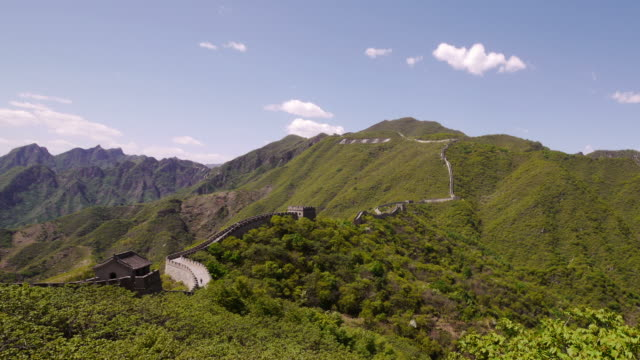 zoom in, great wall of china, mutianyu, mountains, chinese characters, blue sky, beijing, china - mutianyu stock-videos und b-roll-filmmaterial