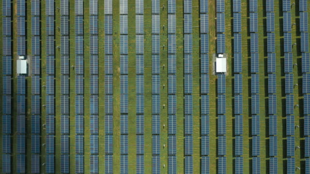 vídeos de stock, filmes e b-roll de zoom no padrão de fazenda solar - geração de combustível e energia