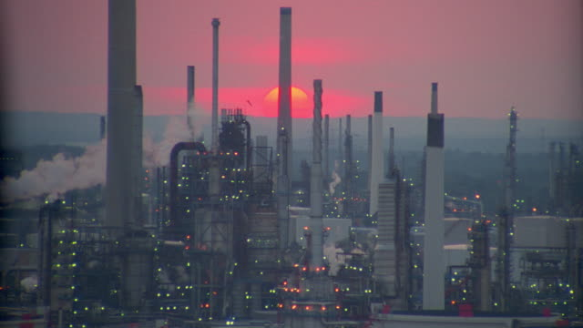 stockvideo's en b-roll-footage met aerial zo, zoom in oil refinery + industrial complex at sunset / fawley, southampton, hampshire, england - hampshire engeland