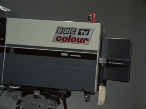 vídeos de stock e filmes b-roll de zoom in on a bbc television camera - bbc