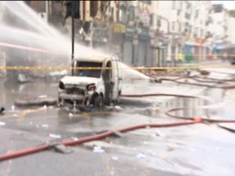 zoom in on a burnt car in croydon following the riots in uk, august 2011 - ロンドン クロイドン点の映像素材/bロール