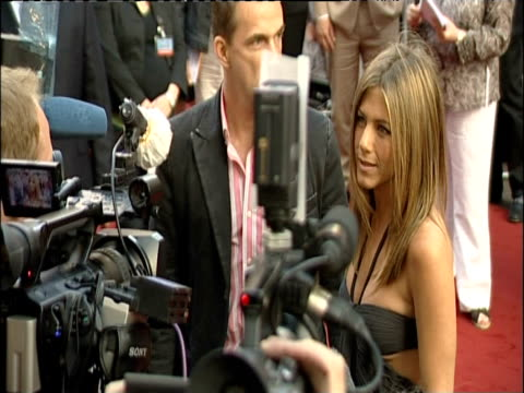 vidéos et rushes de zoom in on jennifer aniston talking to gaggle of journalists at london premiere of 'the break up'; 14 june 2006 - acteur