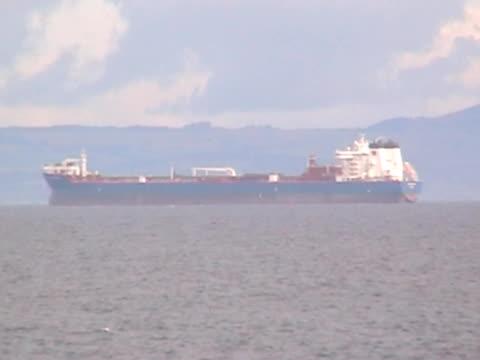 zoom in on oil tanker - zoom out 個影片檔及 b 捲影像