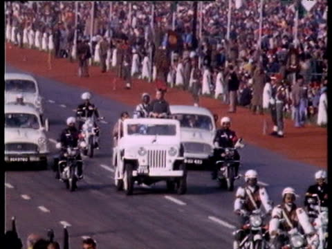 zoom in on prime minister indira gandhi waving from jeep in military cavalcade during independence day celebrations delhi; jan 82 - head up display parte di veicolo video stock e b–roll