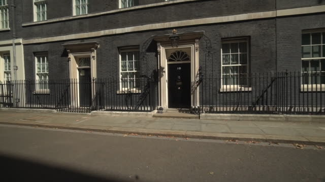 zoom in on the front door of 10 downing street - downing street stock videos & royalty-free footage