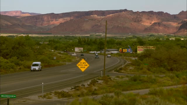 zoom in out and in on moab grand county utah sign. - südwesten stock-videos und b-roll-filmmaterial