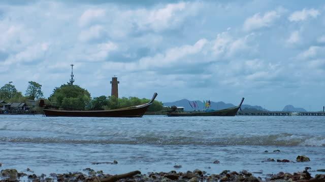 zoom in over harbor, old town, ko lanta, thailand - bassa marea video stock e b–roll