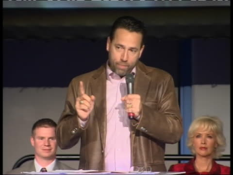 """vidéos et rushes de zoom in shot at anchorage alaska campaign rally republican senatorial candidate and tea party favorite joe miller says """"i'm not talking about obama's... - united states and (politics or government)"""