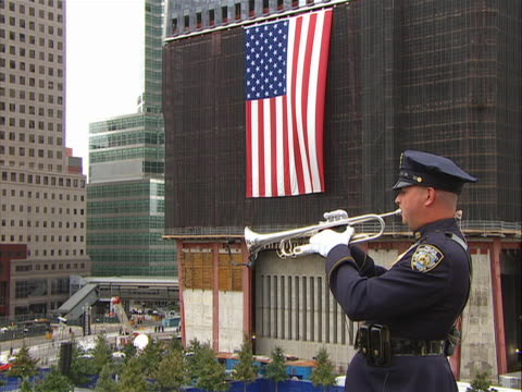vídeos y material grabado en eventos de stock de zoom in shot of a bugler playing taps at the 9-11 memorial on the morning of 9/11/11. the names of victims in the world trade center attacks were... - 0 11 months